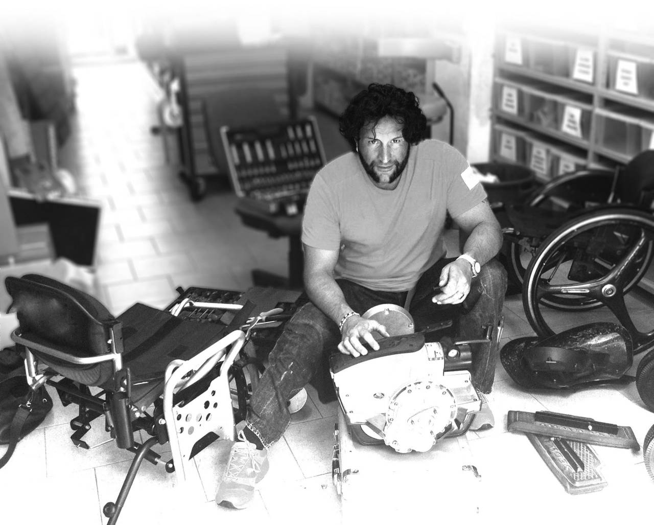 Paolo Badano en su taller, trabajando en el prototipo de Genny Silla de ruedas electrica