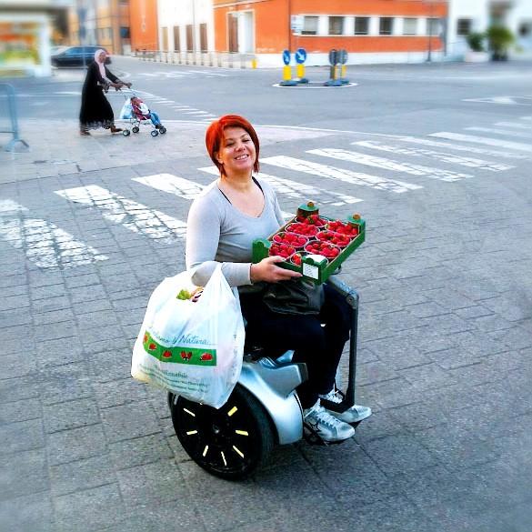 Con la silla de ruedas eléctrica Genny puedes desplazarte cómodamente llevando la compra en la mano o colgada del brazo