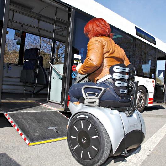 Con la silla de ruedas eléctrica Genny, sube rampas sin ayuda